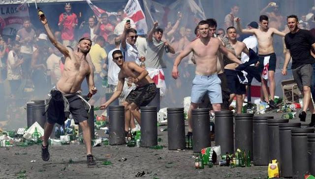 -fotodeldia-marsella-11-06-2016-hinchas-ingleses-lanzan-botellas-durante-unos-altercados-en-el-puerto-viejo-de-marsella-los-seguidores-ingleses-llegaron-a-marsella-para-asistir-este-sabado-al-encuentro-al